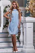 Летнее платье миди с кружевной вставкой прямого кроя с коротким рукавом голубое, фото 3