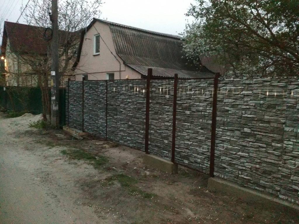 Забор из профнастила С8 под камень