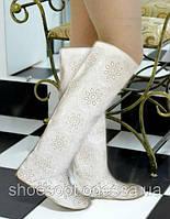 Белые кожаные сапоги женские с лазерной отделкой весенне-осенние