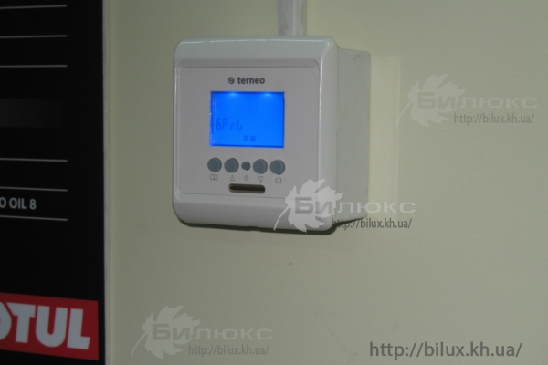 Контроль температури забезпечує програмований терморегулятор Terneo PRO, установленно 3 шт, окремо для кожного боксу.