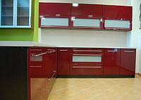 Кухня современная с бордовыми фасадами