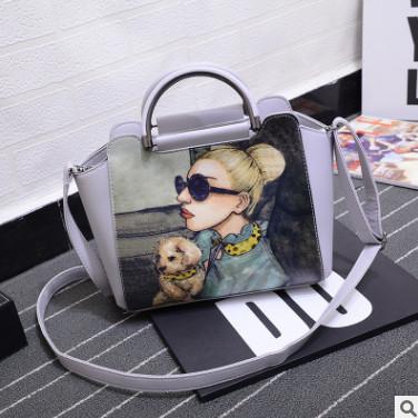 Модная сумка через плечо с девушкой