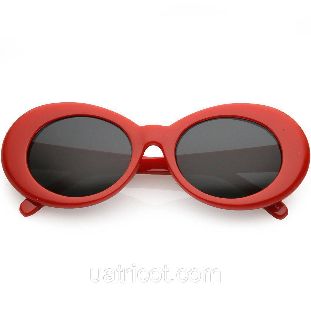 Большие овальные солнцезащитные очки в красной оправе с тёмными линзами