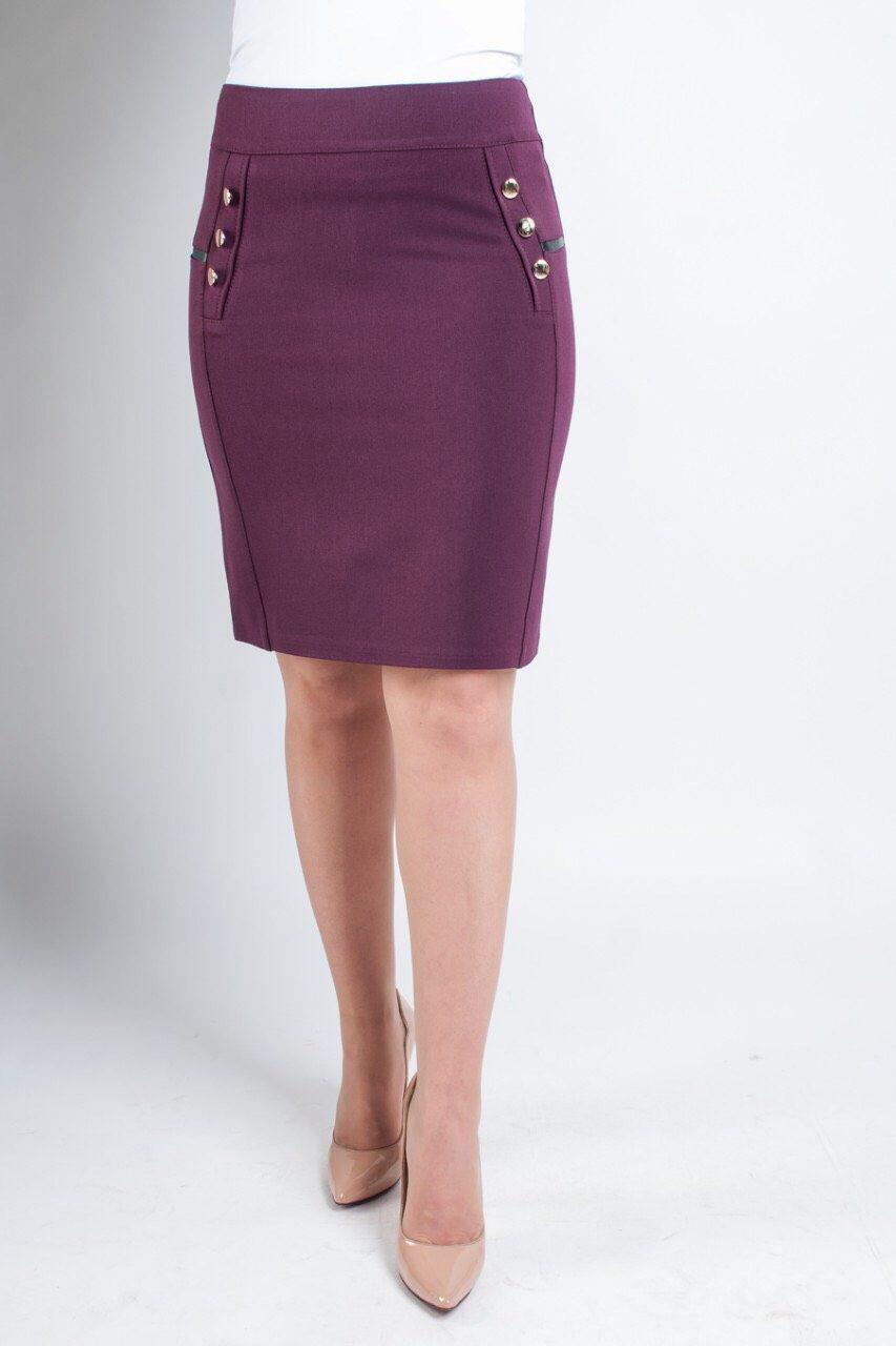 Женская юбка украшена пуговками
