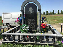 Памятник в комплексе с аркой из серого и черного гранита 1
