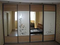 Шкаф-купе в спальню встроенный с пескоструйным нанесением узора на фасады