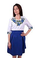 b77c1f6faef682 Вишите коротке плаття на габардині біло-синього кольору з машинною вишивкою