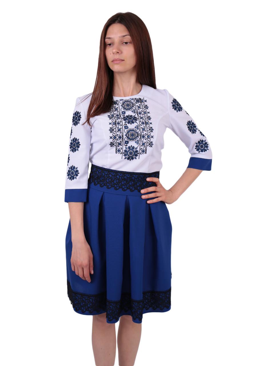 Вишите коротке плаття на габардині біло-синього кольору з машинною вишивкою