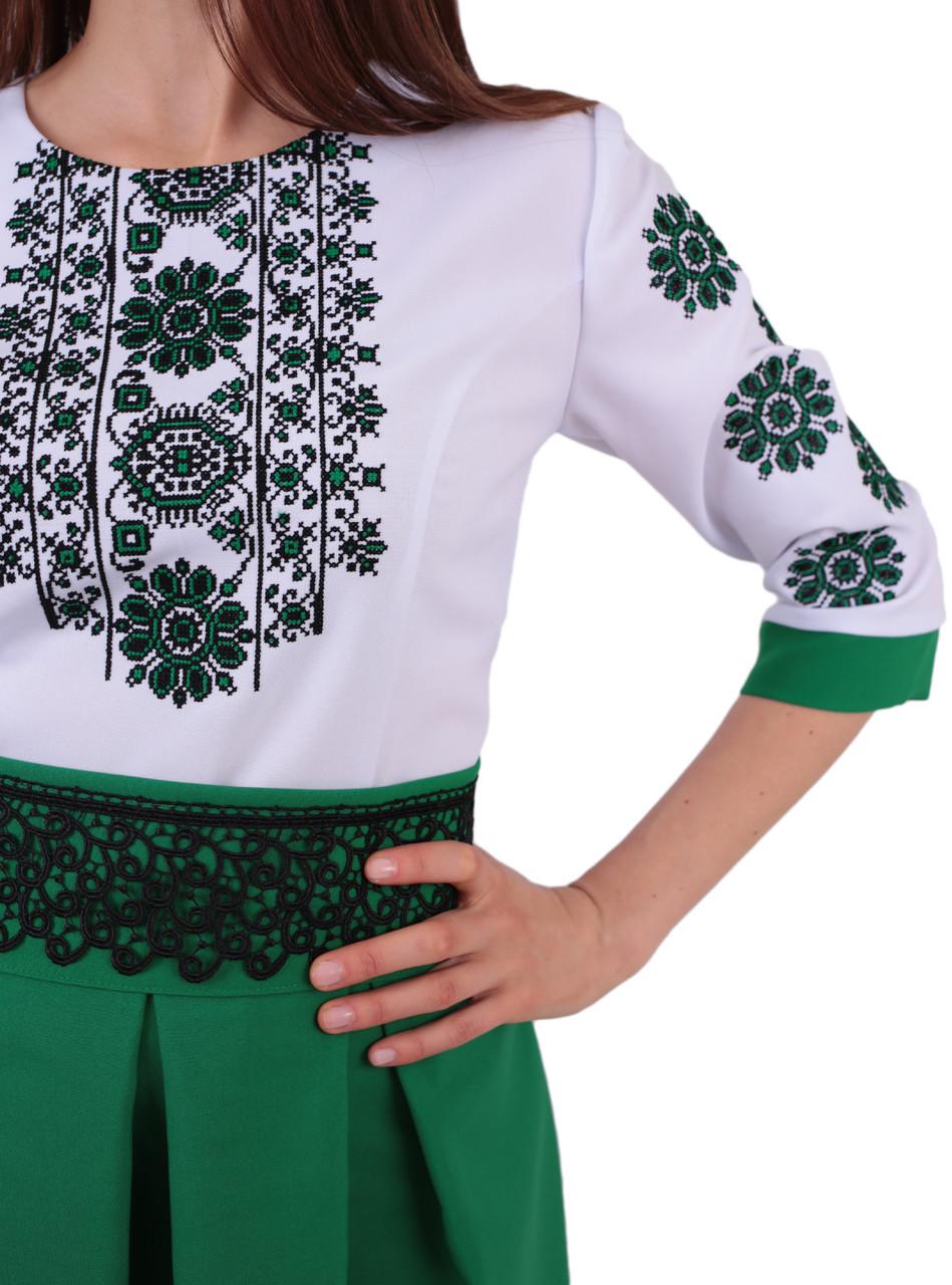 Вишите коротке плаття на габардині біло-зеленого кольору з машинною  вишивкою 29d6f6789fa73