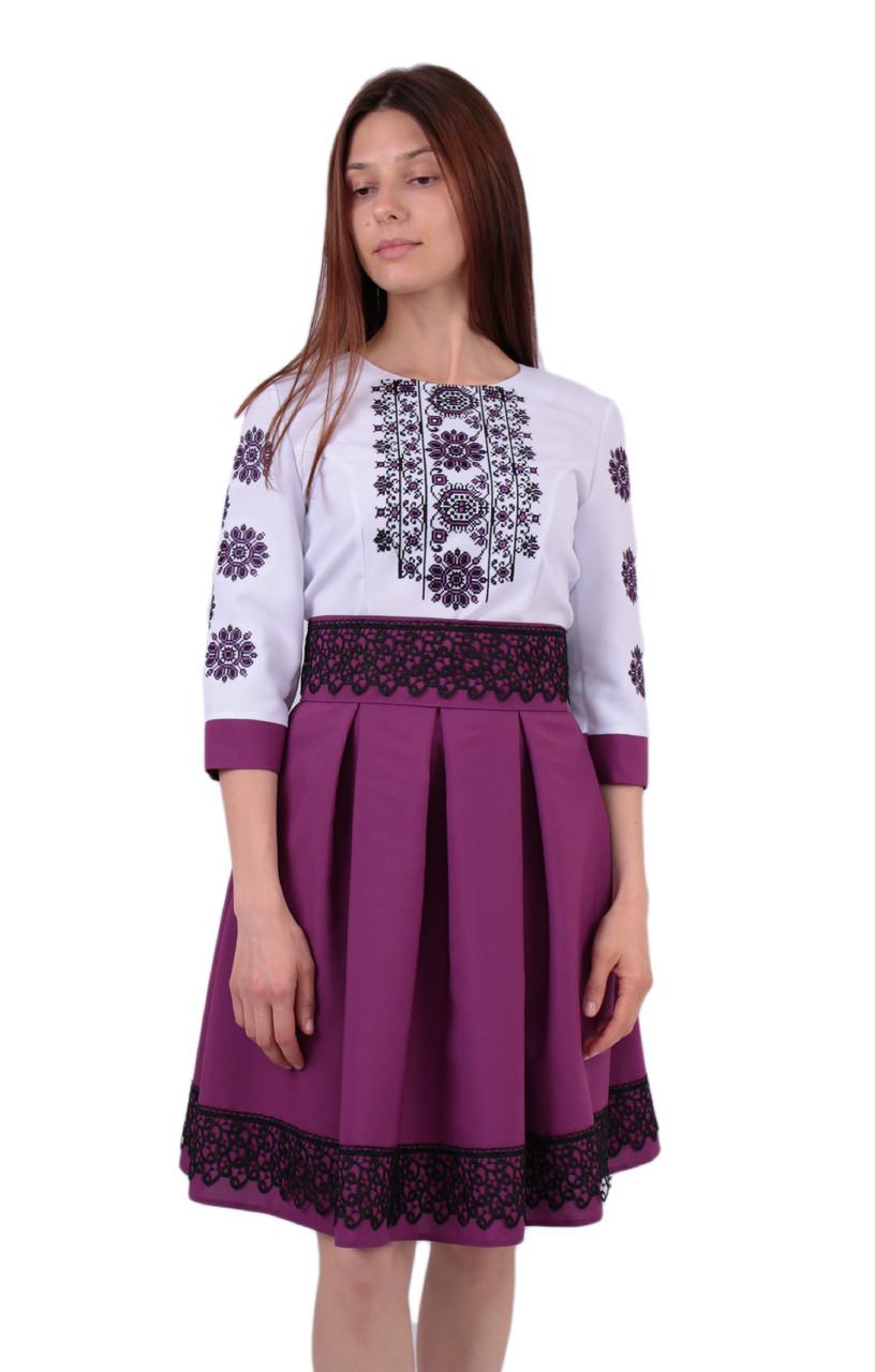 Вишите коротке плаття на габардині біло-фіолетового кольору з машинною вишивкою