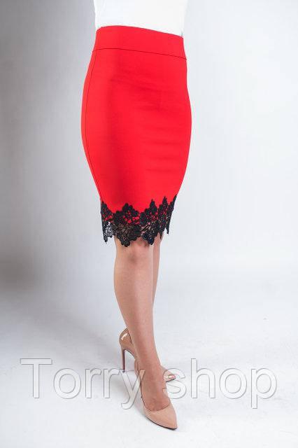 Трикотажная юбка карандаш с кружевом красного цвета