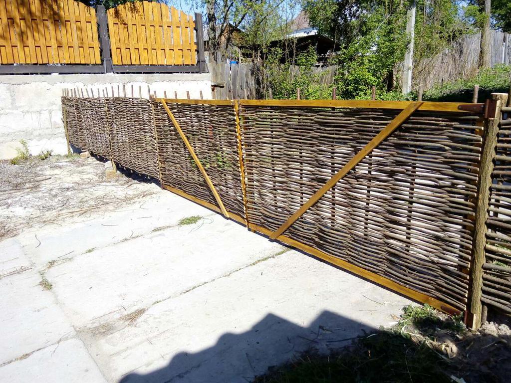 Плетеные ворота с деревянной рамкой