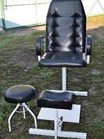 Черное кресло для педикюра с подставкой под ноги и стулом для мастера (глянец)