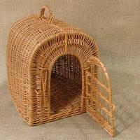 Домик для животных с лежаком, плетенный из лозы.