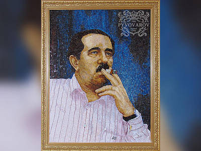 Портрет из мозаики цветного стекла