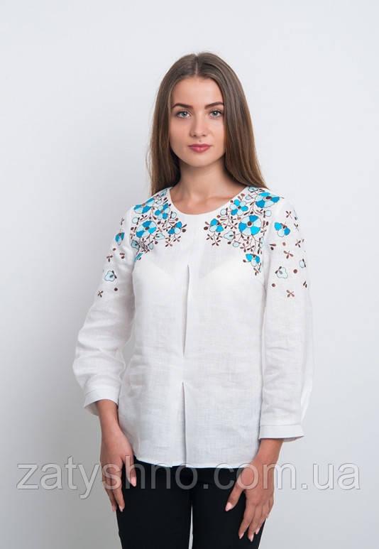 Белая вышиванка с голубой вышивкой, яркая и модная