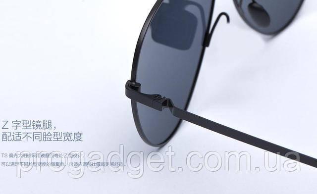 Xiaomi спільно з Turok Steinhardt випустила ще одну модель сонцезахисних окулярів - Mi TS Sunglasses, які носить глава китайської компанії Лей Цзюнь. Дзеркальні «авіатори» з поляризаційними лінзами вже продаються в фірмовому магазині Mi Store на домашньому ринку. Окуляри Xiaomi Mi TS мають захист UV400 і фільтрують 99% ультрафіолетового світла. Лінзи зроблені більш плоскими, щоб зменшити викривлення поля зору по краях, а спеціальне покриття з обох сторін самостійно «загоює» дрібні подряпини глибиною до 20 мкм, надовго зберігаючи первинний вигляд очок. Тонкі дужки біля основи мають Z-подібну форму - вони можуть згинатися назовні і підходять до будь-якого розміру голови.