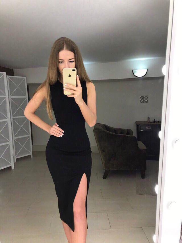 Облегающее летнее платье с вырезом