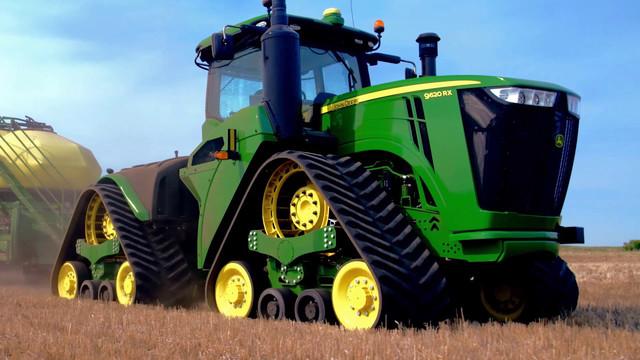 Фото гусеничного трактора John Deere