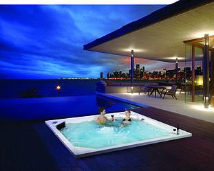 MAXI spa Infinite - спа бассейны необычных форм и больших размеров для терассы или площадки у моря.