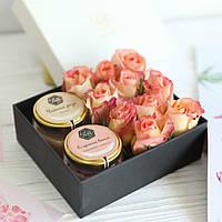 """Подарочный набор крем-меда с живыми цветами """"Нежный"""""""