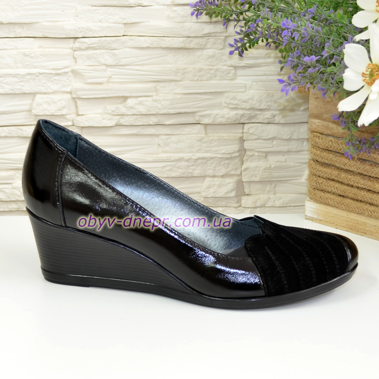 Жіночі чорні туфлі на танкетці, натуральна лакова шкіра і замша