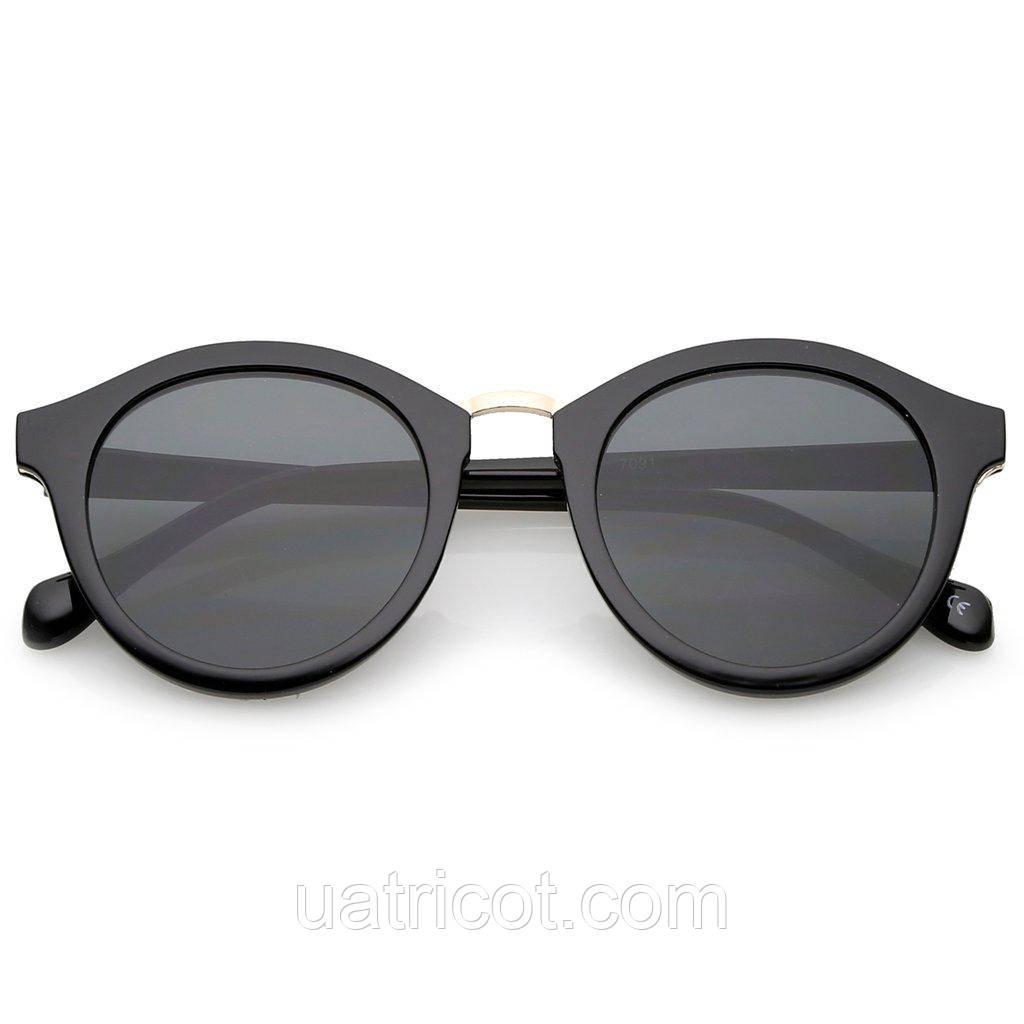 Женские круглые солнцезащитные очки в чёрной оправе с золотой металлической вставкой