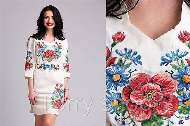 Вышитое женское платье с цветами