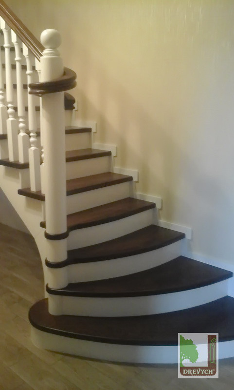 Сходи дерев'яні на косоурі