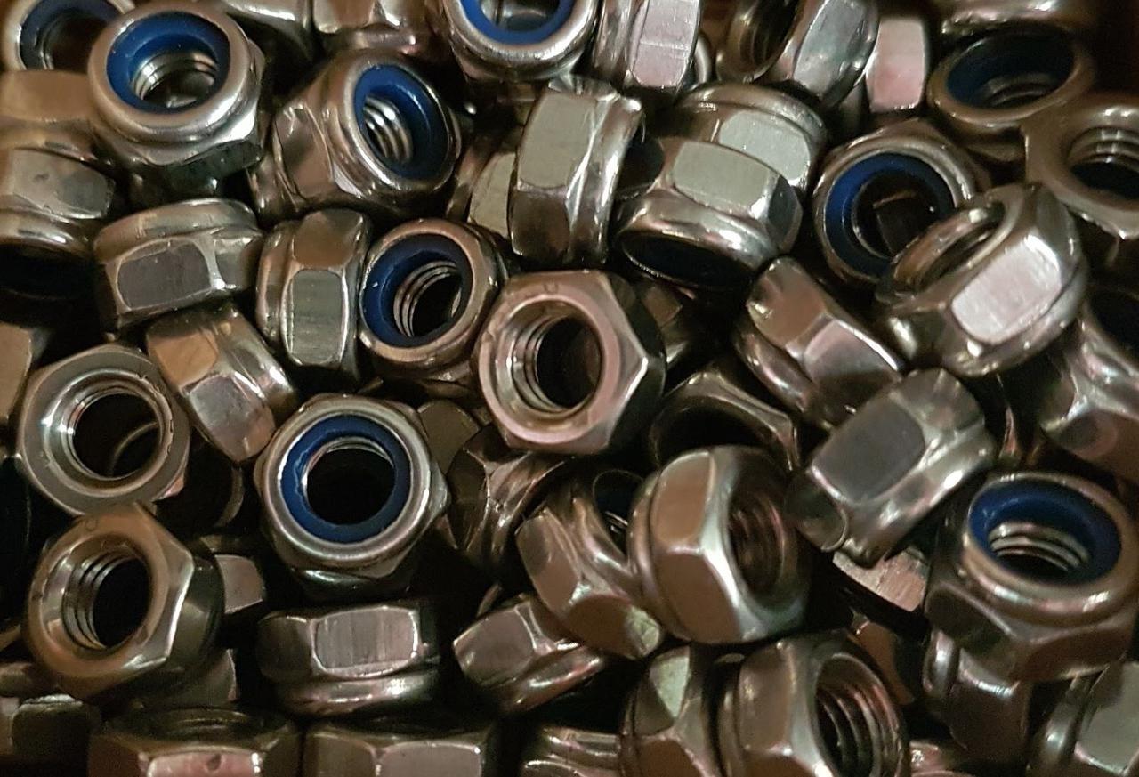 Гайка нержавеющая М6 DIN 985, ISO 10511 низкая самоконтрящаяся с нейлоновым кольцом