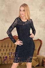 Нарядное женское гипюровое платье миди по фигуре с длинными рукавами темно-синее, фото 3