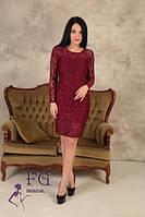 Однотонное женское нарядное платье гипюровое по колено в обтяжку бордовое