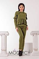 Стильный женский брючный костюм с отделкой из рюшей цвета хаки. Арт-6634/52, фото 1
