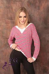 Женская кофта в полоску с v-образной горловиной и белыми манжетами красная