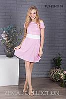Яркое женское приталенное платье в полоску с поясом, вырез на плечах, розово-белое