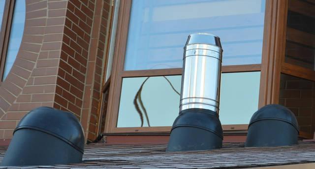 Если расстояние до конька крыши больше 1,1 м, нужны дополнительные листыокантовки. Комплект состоит из 2-х металлических листов.