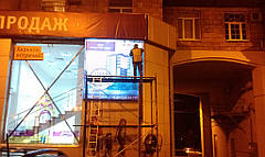 Установлен световой короб справа от окна здания. Предварительно проведен демонтаж старых рекламных конструкций и мойка фасада.