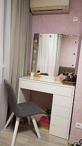 Туалетный столик белый с врезными лампочками в зеркале