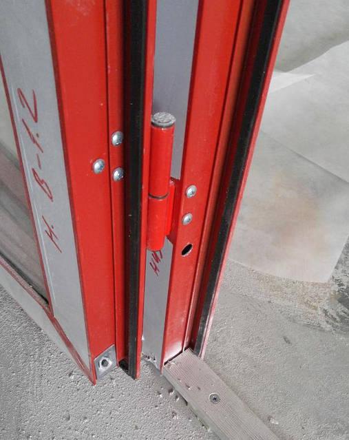 Крепёж в торцах профиля двери 1