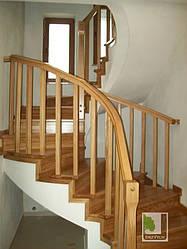 Дерев'яні сходи на бетонній основі