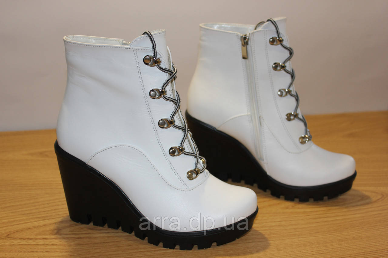 Белые ботинки, кожа.