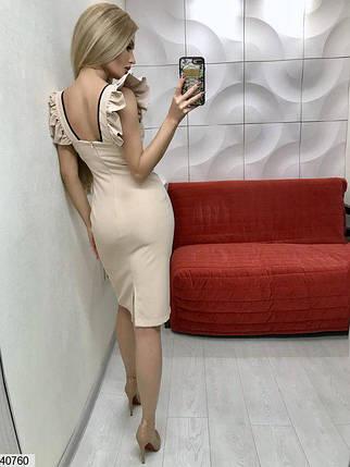 Стильное платье до колен приталенное бретельки рюши бежевое, фото 2