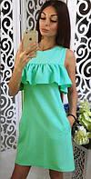 Короткое летнее свободное платье с пышным воланоммятного цвета