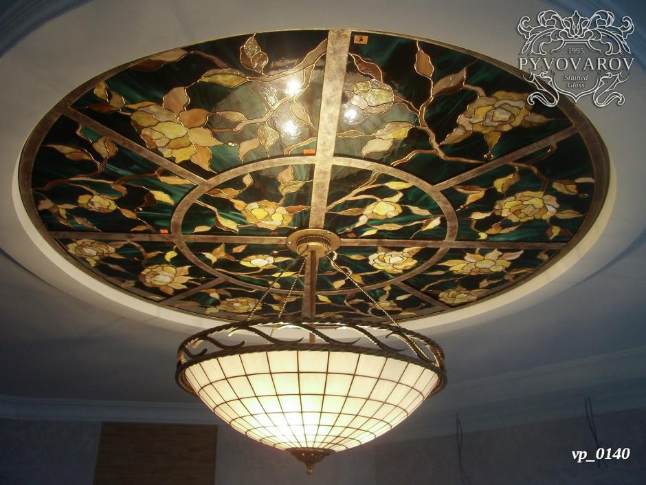 Круглый витражный потолок из кусочков цветного стекла