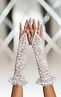 Длинные перчатки белого или чёрного цвета
