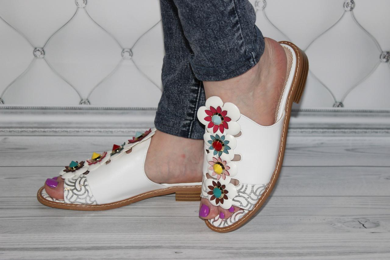 Женские шлепанцы с цветами белого цвета
