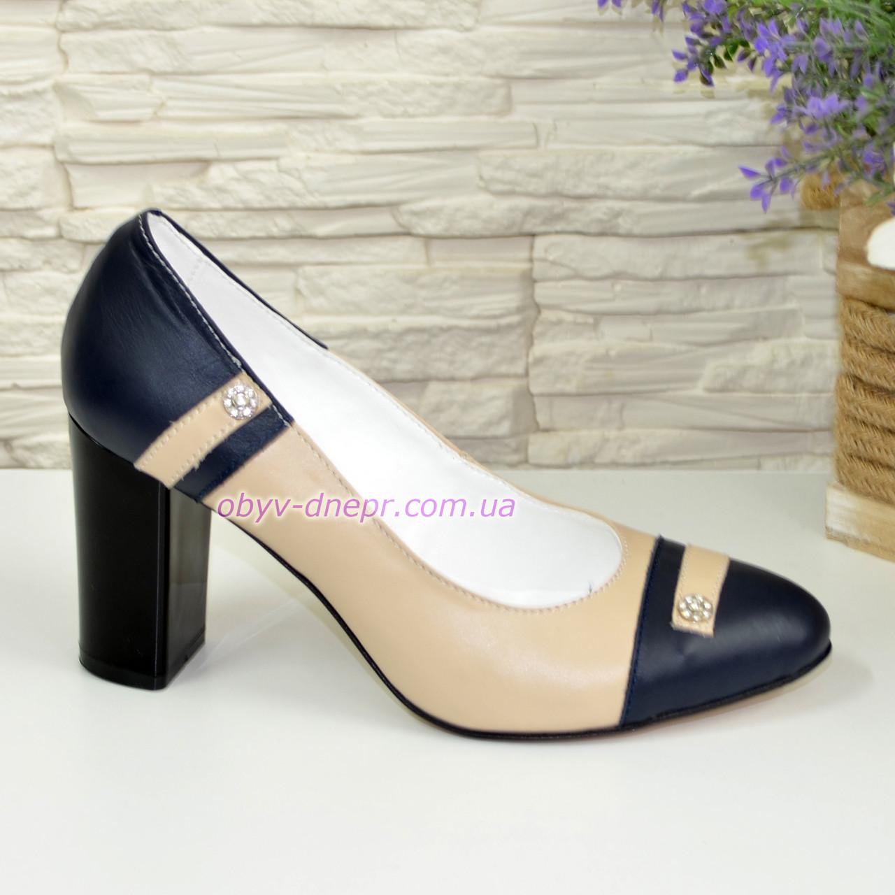 Кожаные женские туфли бежево-синие на высоком устойчивом каблуке
