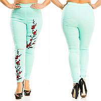 Женские стильные леггинсы c вышитой сакурой и  с разрезами на коленях.Батал, фото 1