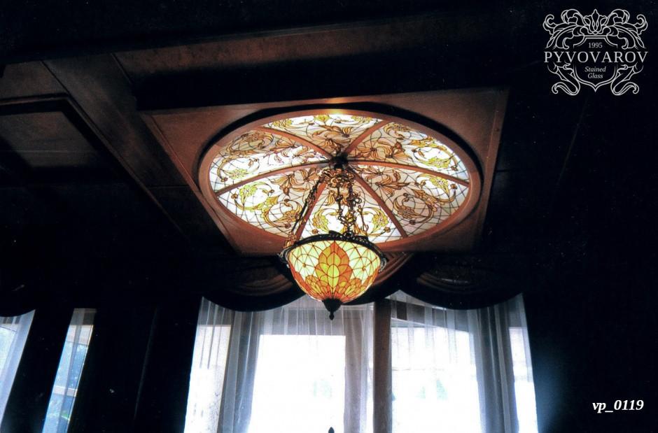 Витражный потолок купол с подвесной люстрой Тиффани