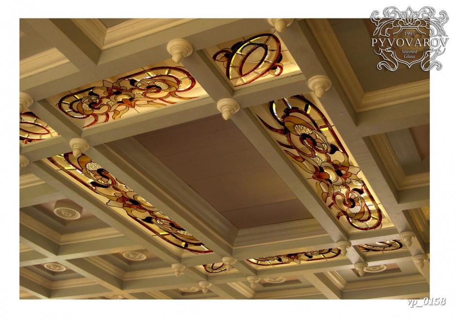Витражный потолок из кусочков цветного стекла в гостиной